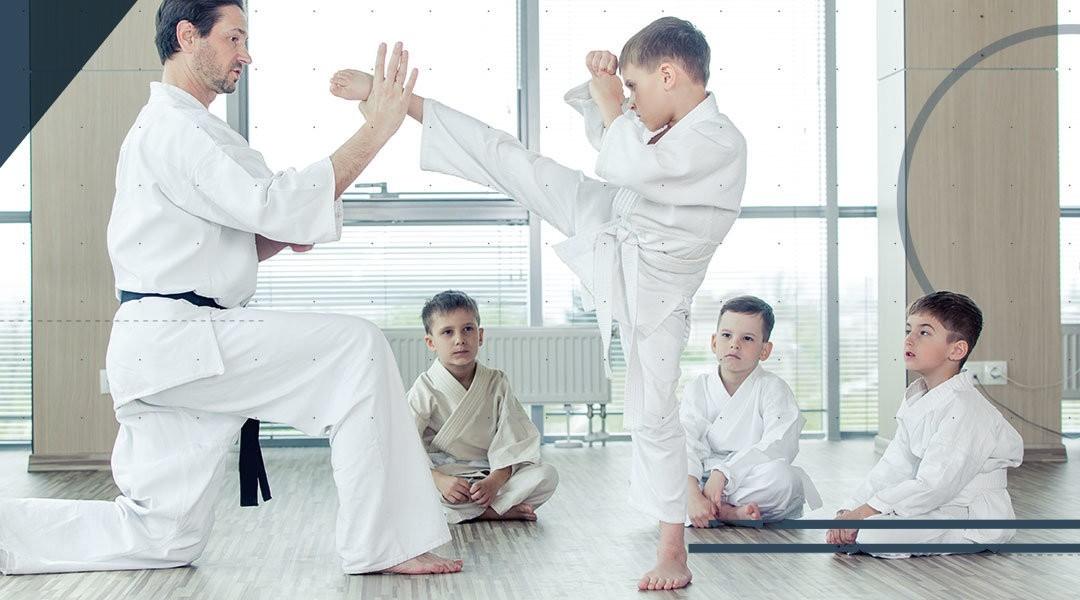 Il piede e la caviglia del bambino che pratica arti marziali