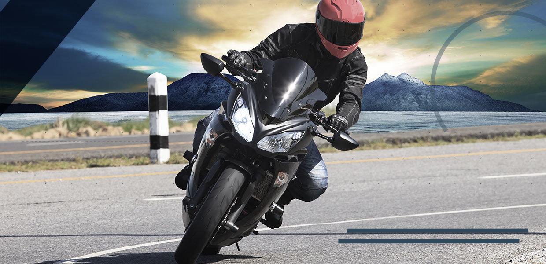 artrosi-di-caviglia-motociclista-su-strada-min