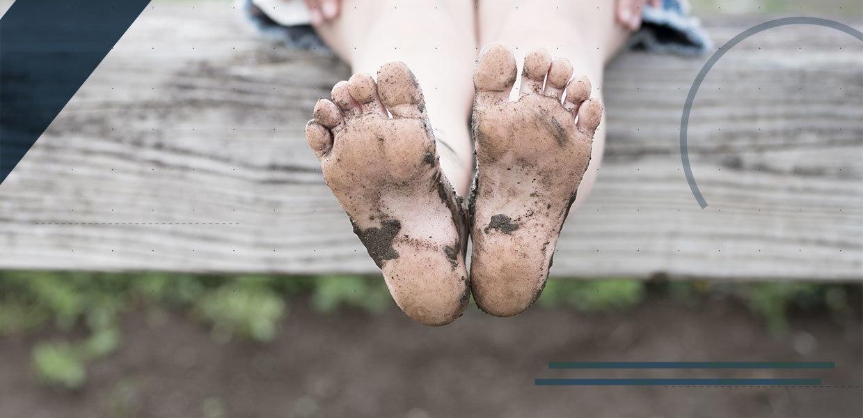 piede-del-bambino-fango-min