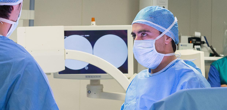 il-dr-usuelli-in-sala-operatoria-min