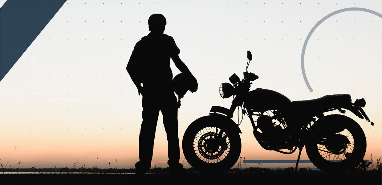 motociclista-al-tramonto-min