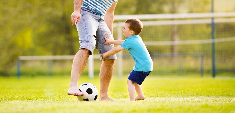 bimbo-gioca-a-calcio-con-padre-min